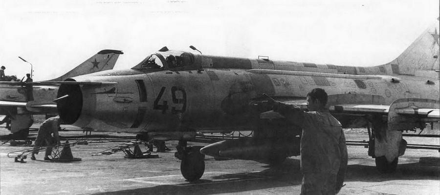 Техник выпускает в полет Су-17. Самолет последних серий выделяется «флажком» ДУА-ЗМ, монтажом ПВД-7 слева и установкой второй пары крыльевых гребней.