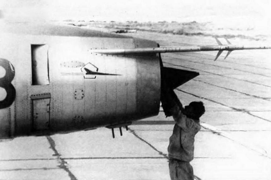 На носу этого Су-17 видна «заплата» на месте кронштейна, несшего аварийный ПВД-7.