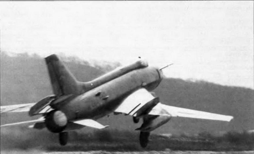 Су-17М первых серий выпуска. При доработке крыльевых гребней в строю часто ограничивались только увеличением площади наружной пары, без установки дополнительных внутренних перегородок