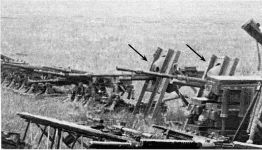 13,2-мм пулеметы «Гочкис» на импровизированных полевых станках (показаны стрелками). Эти пулеметы были захвачены частями Красной Армии в боях на Халхин-Голе в августе 1939 года (АСКМ).