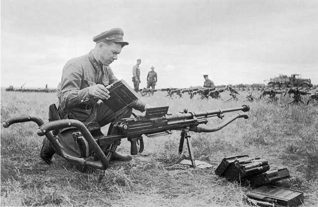 Командир Красной Армии изучает 20-мм автоматическую пушку, захваченную в боях 20–31 августа 1939 года на реке Халхин-Гол (ЦМВС)