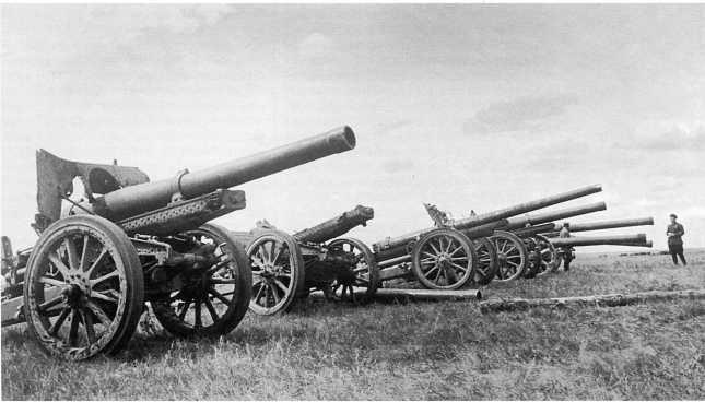 Трофейные японские орудия: на переднем плане 150-мм гаубица Тип 96, на заднем -105-мм пушки Тип 92 из состава 7-го тяжелого полка полевой артиллерии Квантунской армии. Сентябрь 1939 года (АСКМ)