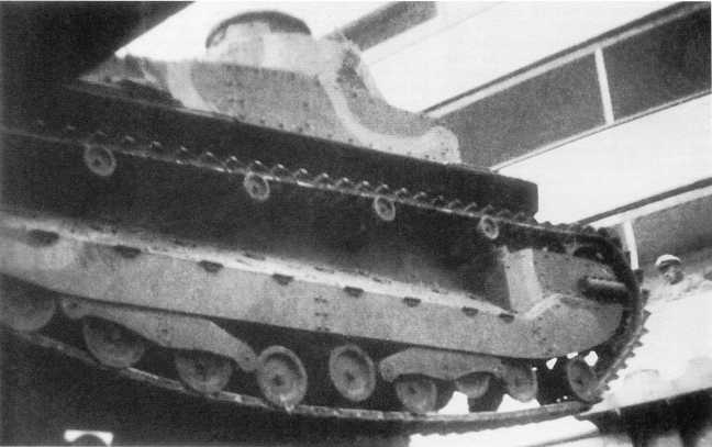 Разгрузка танков Тип 89, прибывших из Японии на укомплектование танковых частей Квантунской армии. Порт-Артур, 1937 год (АСКМ)