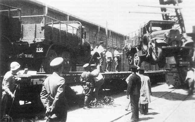 С железнодорожных платформ разгружают грузовики Тип 94, доставленные для частей Квантунской армии. Хайлар, лето 1938 года (АСКМ)