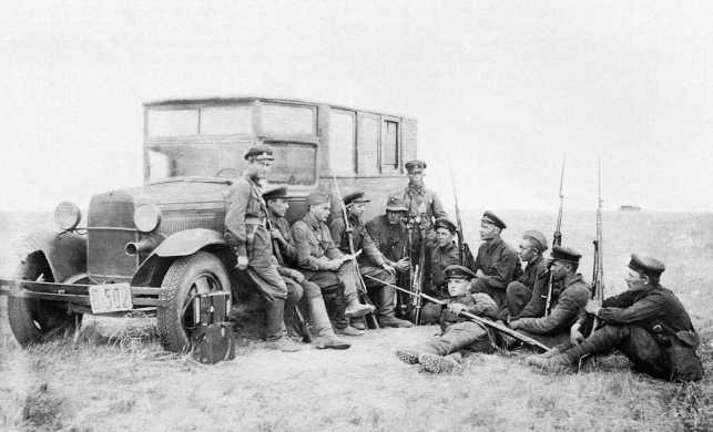 Бойцы стрелковопулеметного батальона 9-й мотоброневой бригады. Монголия, 1938 год. Слева на фото штабной автобус на базе ГАЗ-АА (АСКМ).