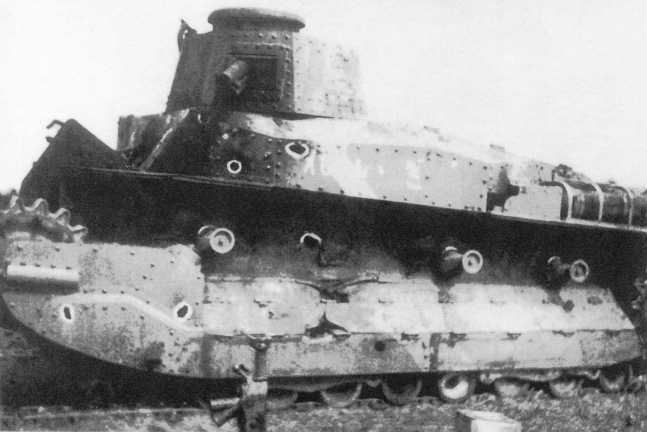 Танк Тип 89 адъютанта командира 3-го танкового полка капитана Кога, подбитый 3 июля. На броне видны много численные пробоины от 45-мм снарядов (ИП).