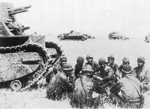 Японские танкисты 3-го танкового полка на отдыхе в районе Халхин-Гола. Июль 1939 года. В Японии этот снимок является классической иллюстрацией событий у Номонхана (Халхин-Гола)— он приводится даже в школьных учебниках истории (ИП)