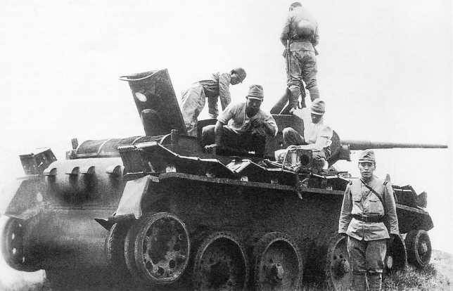 Японские солдаты осматривают захваченный танк БТ-5 из состава 11-й танковой бригады. Июль 1939 года (ЯМ)