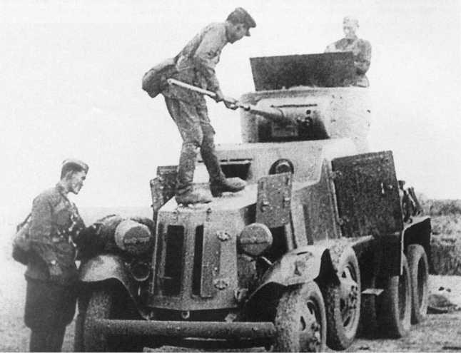 Экипаж бронеавтомобиля БА-6 из состава броневого дивизиона 8-й кавалерийской дивизии МНРА готовит машину к боям. Июль 1939 года (кадр кинохроники), АСКМ.