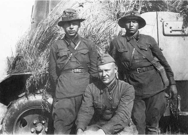 Героический экипаж под командой М. С. Кочетова (в центре) у своей бронемашины БА-10. 9-я мотоброневая бригада, июль 1939 года. Этот экипаж уничтожил несколько пулеметов и противотанковых орудий, 4 грузовика с пехотой и 2 с боеприпасами. 18 июля М. Кочетов погиб в бою. 29 августа 1939 года ему посмертно было присвоено звание Героя Советского Союза (АСКМ)