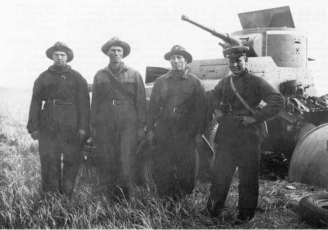 Экипаж под командой М. С. Кочетова (крайний справа) у бронемашины БА-6. 9-я мотоброневая бригада, июль 1939 года. По верхнему краю башни броневика нанесена белая полоса (АСКМ).