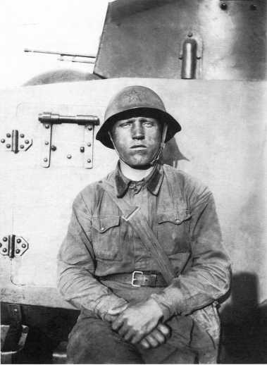 Командир отделения стрелково-пулеметного батальона 9-й мотоброневой бригады Комаров у бронеавтомобиля ФАИ. Июль 1939 года. В бою 3 июля гранатой он подорвал японский танк Тип 94 (АСКМ)