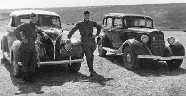 Автомобили штаба 1-й армейской группы — «эмка» ГАЗ-М1 (справа) и американский Ford V8-81A 1938 года (с брезентовым верхом). Июль-август 1939 года (АСКМ)