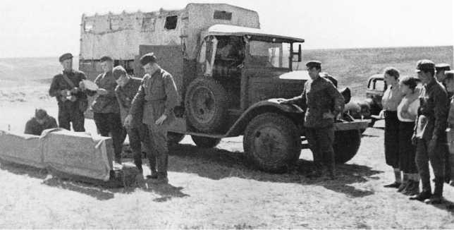 Командиры штаба 1-й армейской группы и жены комсостава осматривают трофеи — японскую ремонтную летучку Тип 94. Июль-август 1939 года (АСКМ)