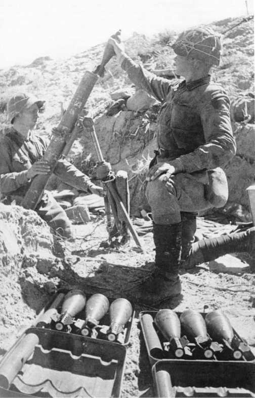 Бойцы Красной Армии ведут огонь из 82-мм батальонного миномета образца 1938 года. Август 1939 года. В боях на реке Халхин-Гол минометы оказались незаменимым оружием при штурме японских укреплений, но имелось их крайне мало — всего несколько десятков штук (АСКМ)