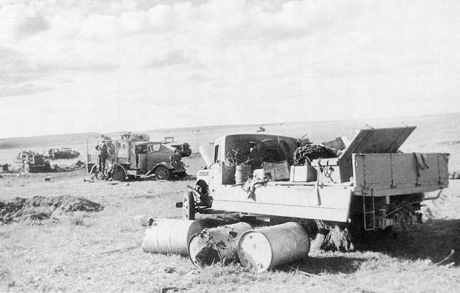 Японская техника, разбитая в ходе боев 20–31 августа 1939 года. На переднем плане американский трехтонный грузовой автомобиль Ford V8 (в гражданском исполнении). Сентябрь 1939 года (АСКМ)