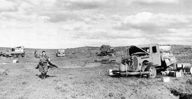Та же разбитая техника, что и на предыдущих фото: справа американский грузовик Ford V8, справа трехоска Тип 94, между ними артиллерийский тягач Тип 92 и штабной автомобиль Тип 94. Сентябрь 1939 года (АСКМ)
