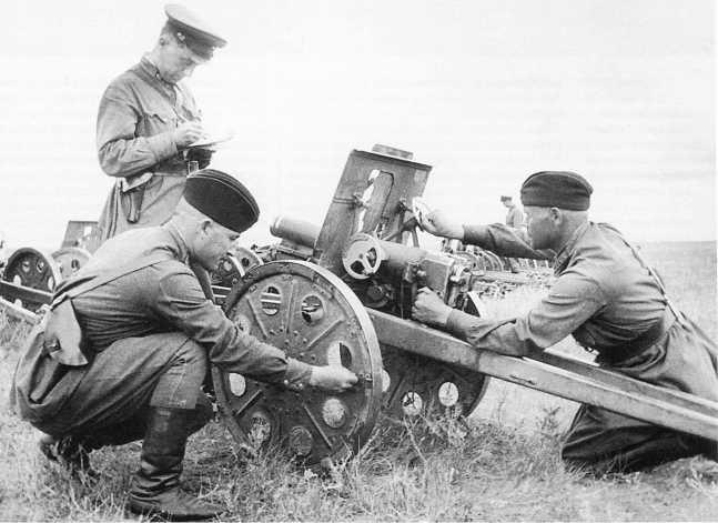 Учет трофеев: советские артиллеристы осматривают японскую 70-мм батальонную пушку Тип 92. Халхин-Гол, сентябрь 1939 года (АСКМ)
