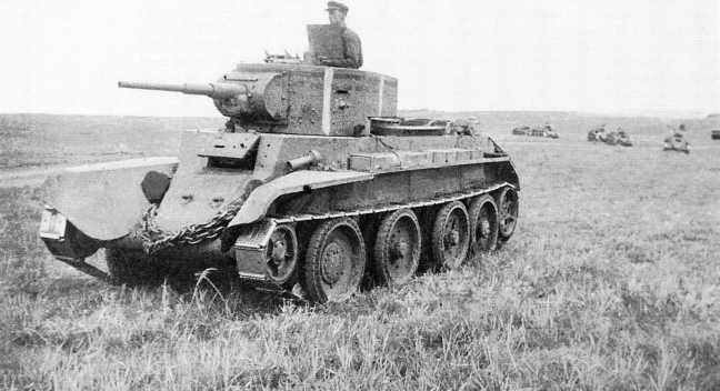 Танки БТ-7 6-й танковой бригады выходят на рубеж атаки. Две белых полосы, нанесенных поперек башни, служили для опознавания боевых машин своей авиацией. Август 1939 года (АСКМ)