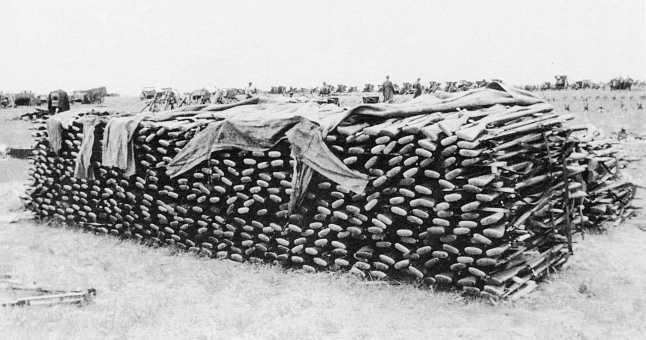 Пункт сбора трофеев 1-й армейской группы — на переднем плане штабель винтовок Тип 38 «Арисака» (ЦМВС)