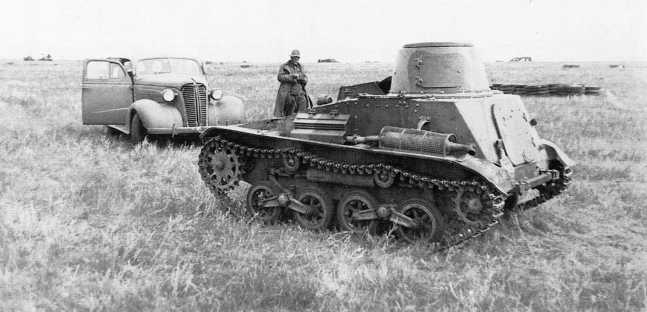 Японский легкий танк Тип 94 «ТК» из состава 3-го танкового полка Квантунской армии, захваченный в ходе боев 2–4 июля 1939 года. На заднем плане американский легковой автомобиль Chevrolet 1938 года модель Master series НА (АСКМ)