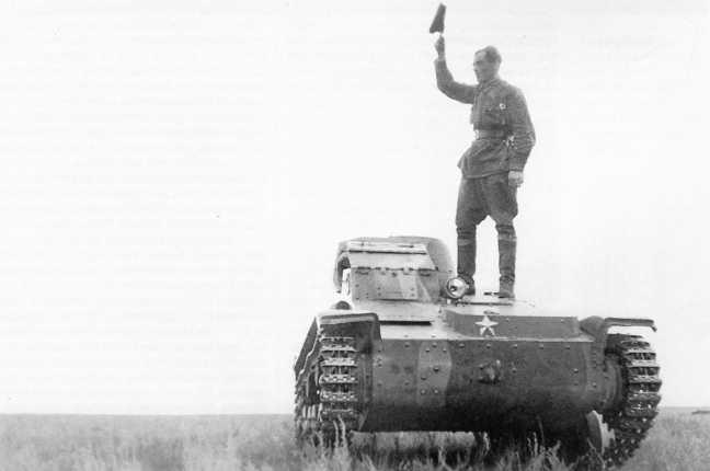 Японский легкий танк Тип 94 «ТК», захваченный в ходе боев 2–4 июля 1939 года, вид спереди. На танке стоит командир Красной Армии (АСКМ)