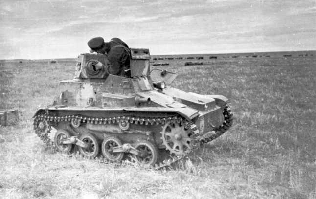 Командир Красной Армии осматривает трофейный японский танк Тип 94 «ТК» 3-го танкового полка Квантунской армии. Сентябрь 1939 года (АСКМ).