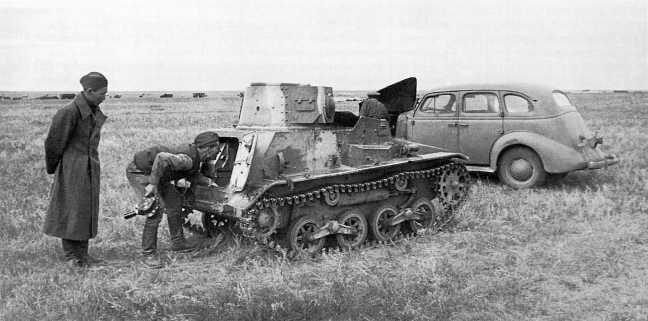 Советские кинооператоры осматривают трофейный японский танк Тип 94 «ТК» из состава 3-го танкового полка Квантунской армии. Сентябрь 1939 года. Хорошо видно, что танк имеет трехцветный камуфляж (АСКМ).