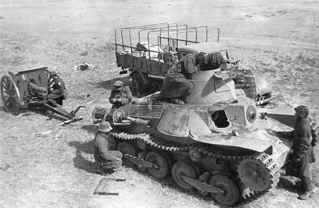 Советские танкисты осматривают трофейный танк Тип 95 «Ха-Го» (военный №114) из состава 4-го танкового полка Квантунской армии. Машина была захвачена в бою 3 июля 1939 года взводом лейтенанта Алымова (2-я рота 24-го танкового батальона 11-й танковой бригады). Зимой 1939–1940 года этот танк проходил испытания на полигоне в подмосковной Кубинке (АСКМ)
