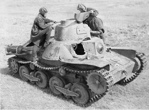 Тот же трофейный танк Тип 95 «Ха-Го», что и на предыдущем фото. Эта машина с так называемой «маньчжурской» подвеской — в каждой тележке между опорными катками установлен дополнительный каток небольшого диаметра (АСКМ)