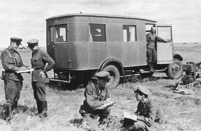 Сотрудники редакции газеты «Героическая красноармейская» у редакционного автобуса на базе ЗИС-5. Июль 1939 года. Справа виден бензиновый генератор (АСКМ)
