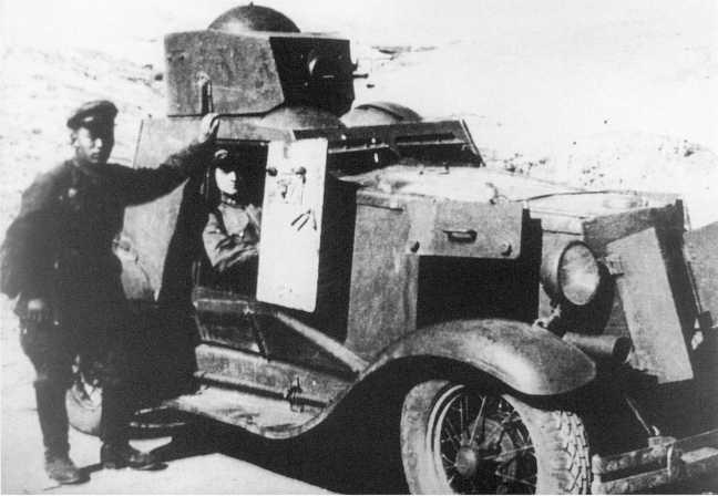 Экипаж бронеавтомобиля ФАИ из состава броневого дивизиона 6-й кавалерийской дивизии МНРА у своей боевой машины. Август 1939 года (кадр кинохроники, АСКМ)