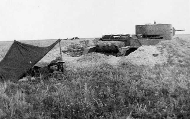 Танк БТ-5 из состава 11-й танковой бригады на боевой позиции. На переднем плане навес для экипажа, на заднем плане различим второй танк. Июль-август 1939 года (АСКМ)