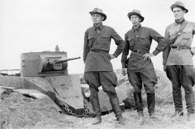 Экипаж танка БТ-5 11-й танковой бригады, изображенного на предыдущем фото. Июль-август 1939 года. Машина установлена в капонире (АСКМ).