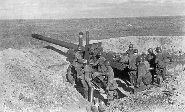 Расчет 152-мм гаубицы-пушки образца 1937 года (МЛ-20) ведет огонь по японским позициям. Август 1939 года. В ходе боев на реке Халхин-Гол такие орудия имелись только в составе 185-го артиллерийского полка (ЦМВС)