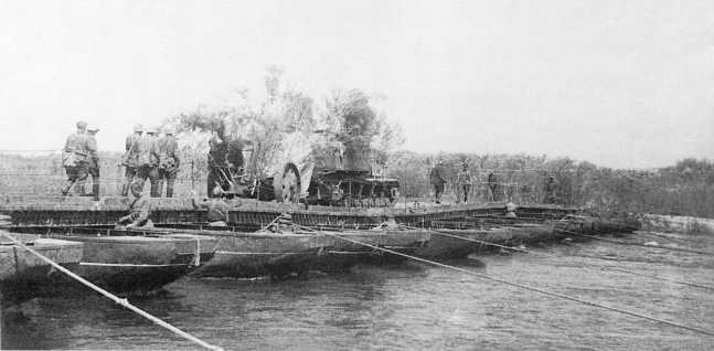 Тягач «Коминтерн» с 76-мм зенитным орудием образца 1931 года (ЗК) переправляется на восточный берег Халхин-Гола. Предположительно, 85-й зенитно-артиллерийский полк, июль-август 1939 года (АСКМ)