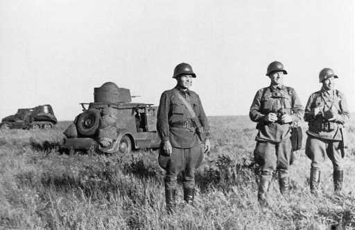 Командиры уточняют боевую задачу. Июль-август 1939 года, предположительно 8-я мотоброневая бригада. На заднем плане бронеавтомобили БА-20 (радийный) и БА-10 (АСКМ).