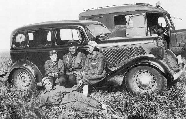 Жены комсостава 9-й мотоброневой бригады Тюфтакова, Боровкова и Титова привезли подарки бойцам. Июль 1939 года. На переднем плане легковой автомобиль ГАЗ-М1, на заднем радиомашина на базе ГАЗ-АА (АСКМ).