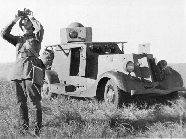 Командир Красной Армии наблюдает за воздушным боем. Июль-август 1939 года. Рядом бронеавтомобиль БА-20 (радийный) с поручневой антенной на корпусе (АСКМ)