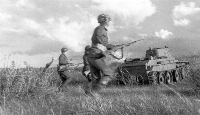 Эти снимки часто публиковались в изданиях, посвященных боям на реке Халхин-Гол с подписью «атака японских позиций» или что-то подобное. На самом деле, эти фото сделаны во время отработки взаимодействия пехоты и танкистов в первой половине августа 1939 года. Предположительно, на фотографии танк БТ-7 из состава 11-й танковой бригады. Обратите внимание, что на башне есть крепления под поручневую антенну, сама антенна отсутствует (АСКМ)