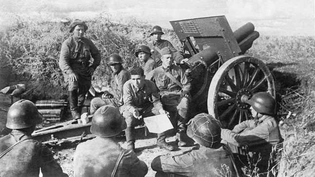 Политзанятия на позиции 152-мм гаубиц обр. 1910/30 года. 82-й <a href='https://arsenal-info.ru/b/book/446510402/181' target='_self'>гаубичный артиллерийский полк</a> 82-й стрелковой дивизии, август 1939 года (АСКМ).