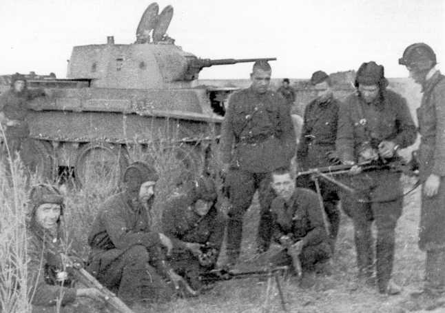 Танкисты 11-й танковой бригады осматривают трофеи — японские 6,5-мм легкие (ручные) пулеметы «образца 11 года» (1922г.). Август 1939 года (АСКМ).