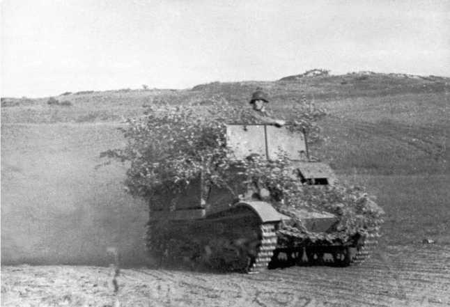 Бронированный тягач «Комсомолец» выдвигается к месту боев. Июль-август 1939 года. Эти машины использовались для транспортировки 45-мм противотанковых пушек, в ходе боев у Халхин-Гола 9 таких машин было потеряно (АСКМ).