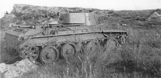 Танк БТ-7 на позиции. Август 1939 года. Предположительно, машина из состава 11-й танковой бригады. На надгусеничной полке закреплены дополнительные топливные баки, а также буксирная цепь, которая штатно должна была крепиться на корпусе спереди (АСКМ).