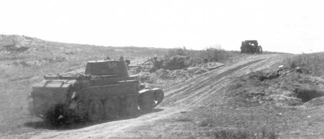 Танк БТ-7 выдвигается к передовой линии. Август 1939 года. Машина из состава 6-й танковой бригады и имеет тактический номер 574, нанесенный на башне и корме корпуса. Справа на фото видна позиция 152-мм гаубицы образца 1910/30 года (АСКМ).