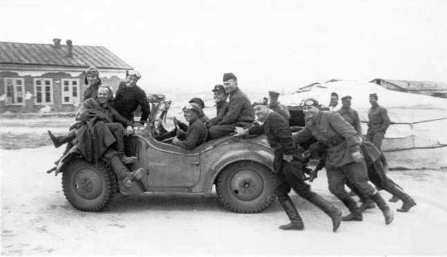 Летчики на трофейном японском штабном автомобиле Тип 95 фирмы Киrоgаnе. Август 1939 года. Эти полноприводные машины были первыми в мире, соответствующими по своим характеристикам и назначению тому, что мы сейчас привыкли называть армейскими джипами (ЦМВС)