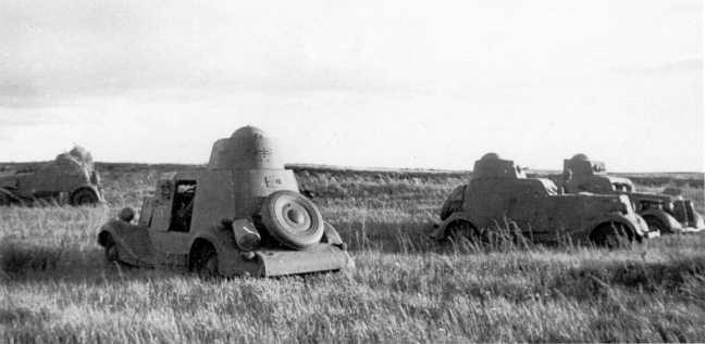 Легкие бронеавтомобили БА-20 (с коническими башнями) и ФАИ (на фото слева) в районе реки Халхин-Гол. Август 1939 года. Предположительно, машины из состава 8-й мотоброневой бригады (АСКМ).