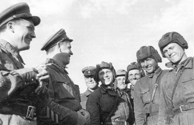 Командующий 1-й армейской группой комкор Г. Жуков у танкистов 11-й танковой бригады. Июль-август 1939 года (АСКМ)