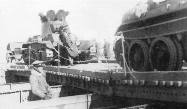 Танки БТ-7 из состава 11-й танковой бригады переправляются на восточный берег Халхин-Гола. На обороте оригинала надпись: «Снимок сделан в день гибели героического комбрига М. Яковлева 12 июля 1939 года» (АСКМ)