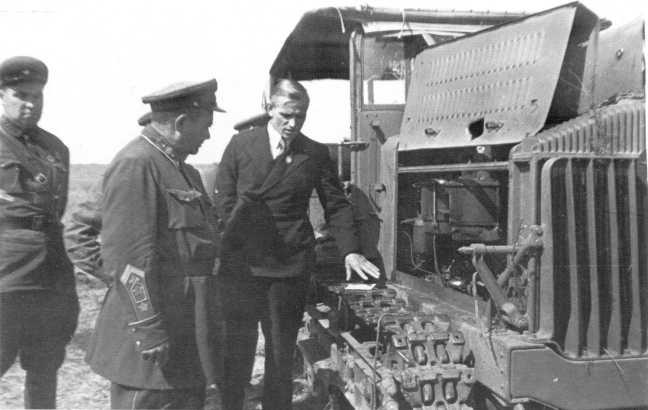 Посол Советского Союза в Монголии И. А. Иванов (в костюме) и главнокомандующий МНРА маршал МНР Х. Чойболсан (слева от Иванова) осматривают трофейный японский тягач Тип 92 (5-тонный). Сентябрь 1939 года (АСКМ)